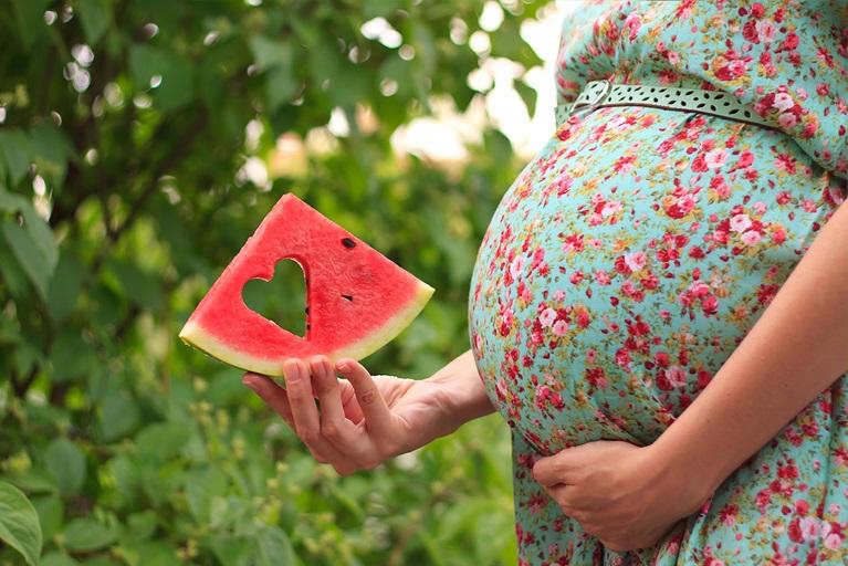 Беременная девушка и парень с арбузом 95
