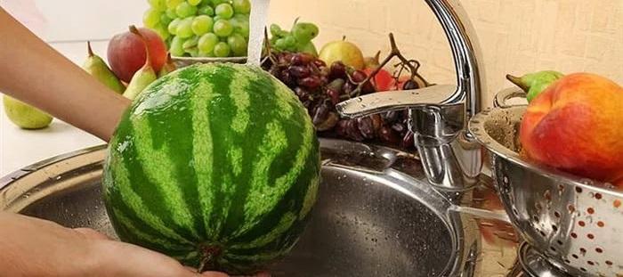 Мыть арбуз