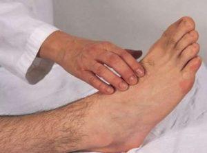 Осмотр и проверка пульса на ногах