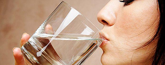 Следить за водно-солевым балансом в организме