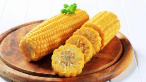 Кукуруза отваренная в початках