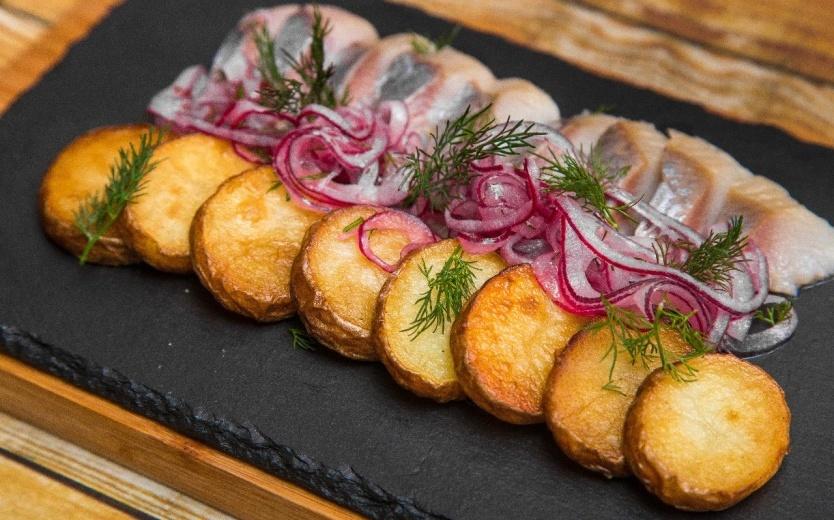 Селедкас запеченным картофелем