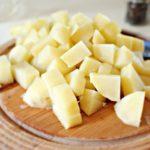 Вареный картофель режут кубиками