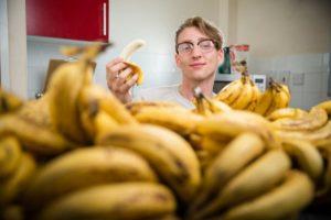 Поедание бананов