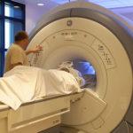 Проводят КТ или МРТ головного мозга