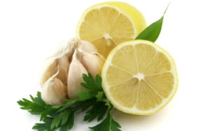 Смесь чеснока, петрушки и лимона