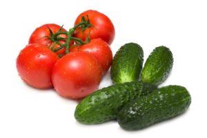 Свежие помидоры и огурцы