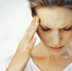 Страдает от частых головных болей