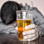 Употребляющим лекарство в одно время с алкоголем